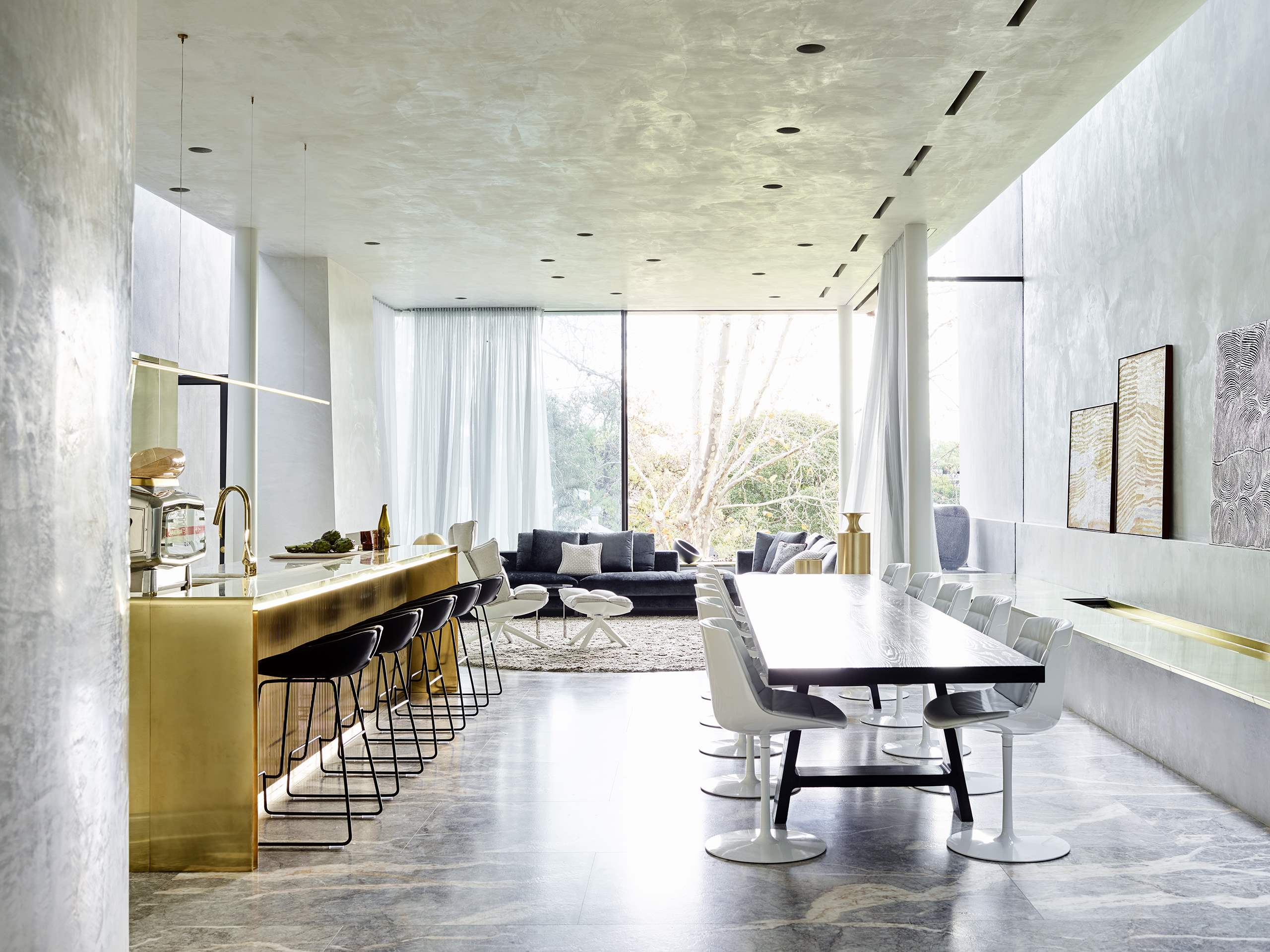 The dining and living rooms are united, there's much light thanks to glazed walls and gorgeous furniture