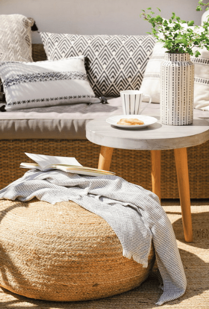 The relaxed and light feel is achieved with wood and wicker plus soft textiles