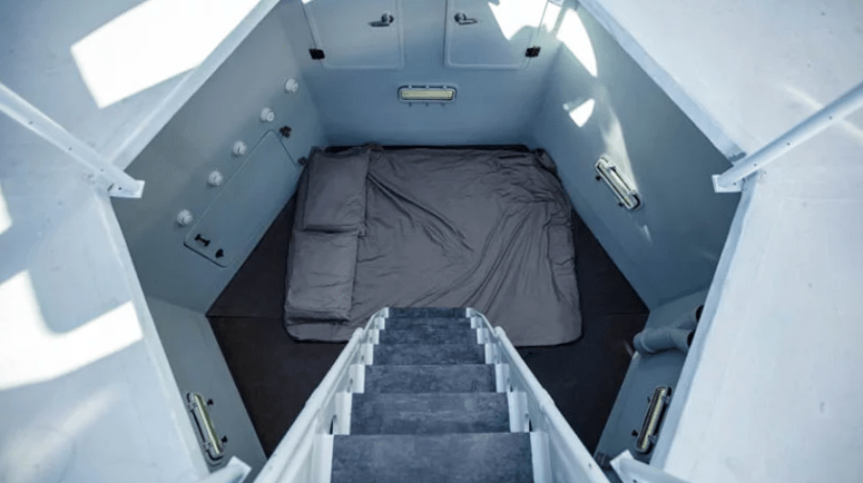 There's also a sleeping space, which can be enough even for two, with wall lights and a sleeping space on the floor