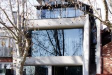 10 This is how the house looks outside, very bold and chic
