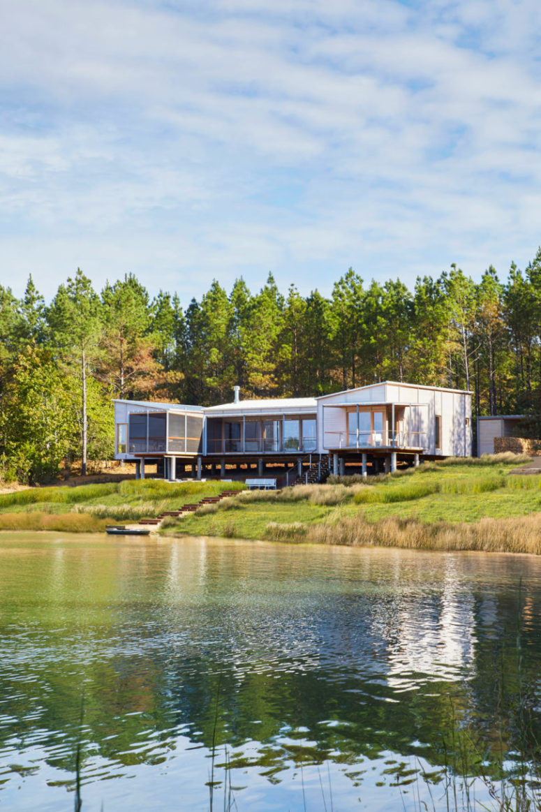 The house is opened to the lake to enjoy the peacefulness and get relaxed