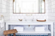 18 bright blue mosaic tiles and white tiles on the walls build up a gorgeous beach-inspired bathroom