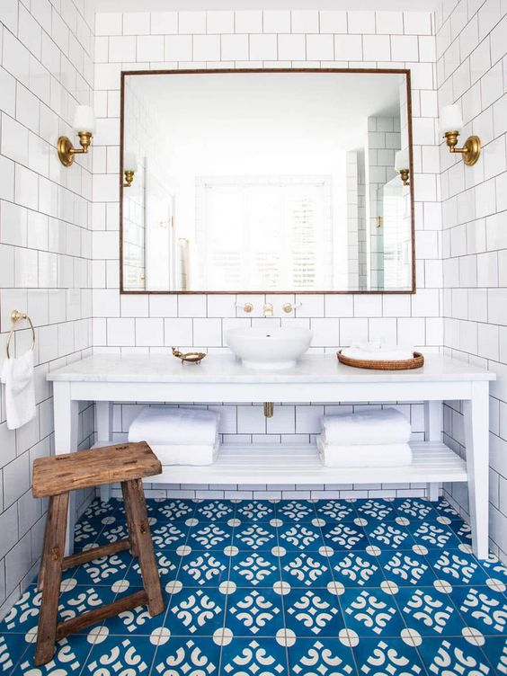 bright blue mosaic tiles and white tiles on the walls build up a gorgeous beach-inspired bathroom