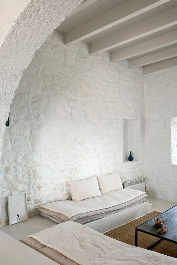 natural stone walls painted white look very bold and catchy while being all-neutral
