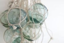 20 hanf glass floats in ropes for a creative and bold coastal look, it can be used as an art object