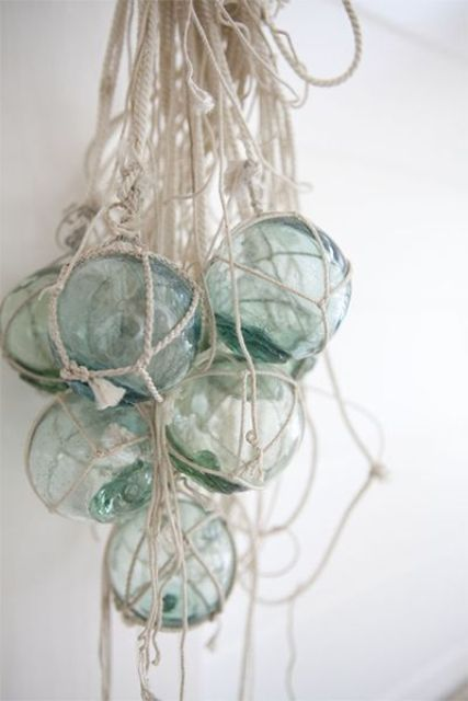 hanf glass floats in ropes for a creative and bold coastal look, it can be used as an art object