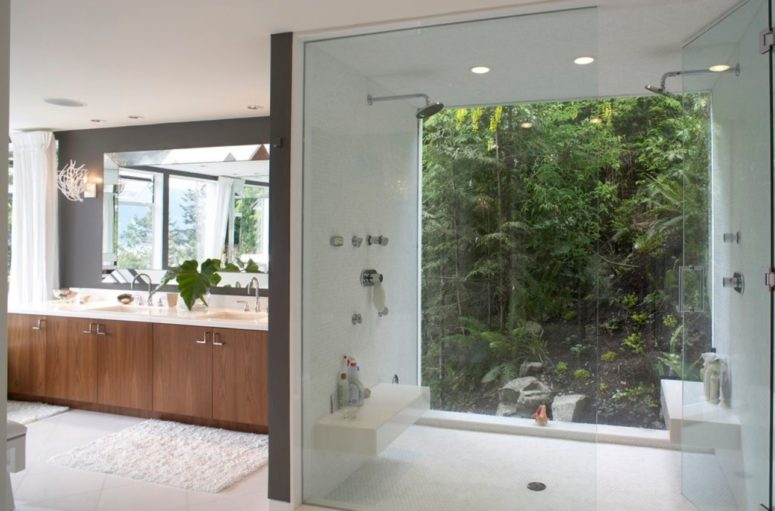 a full height window goes on a jungle-style private garden, which guarantees privacy