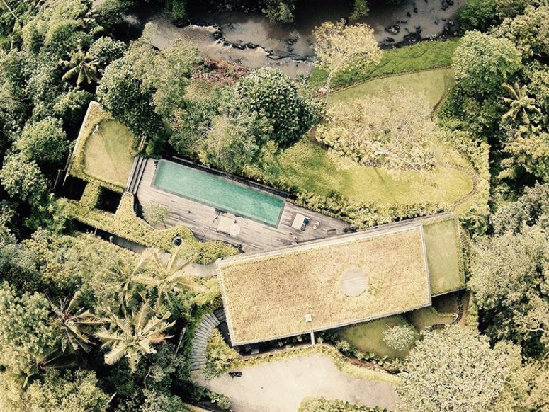 Chameleon Villa Disappears Within Its Surroundings