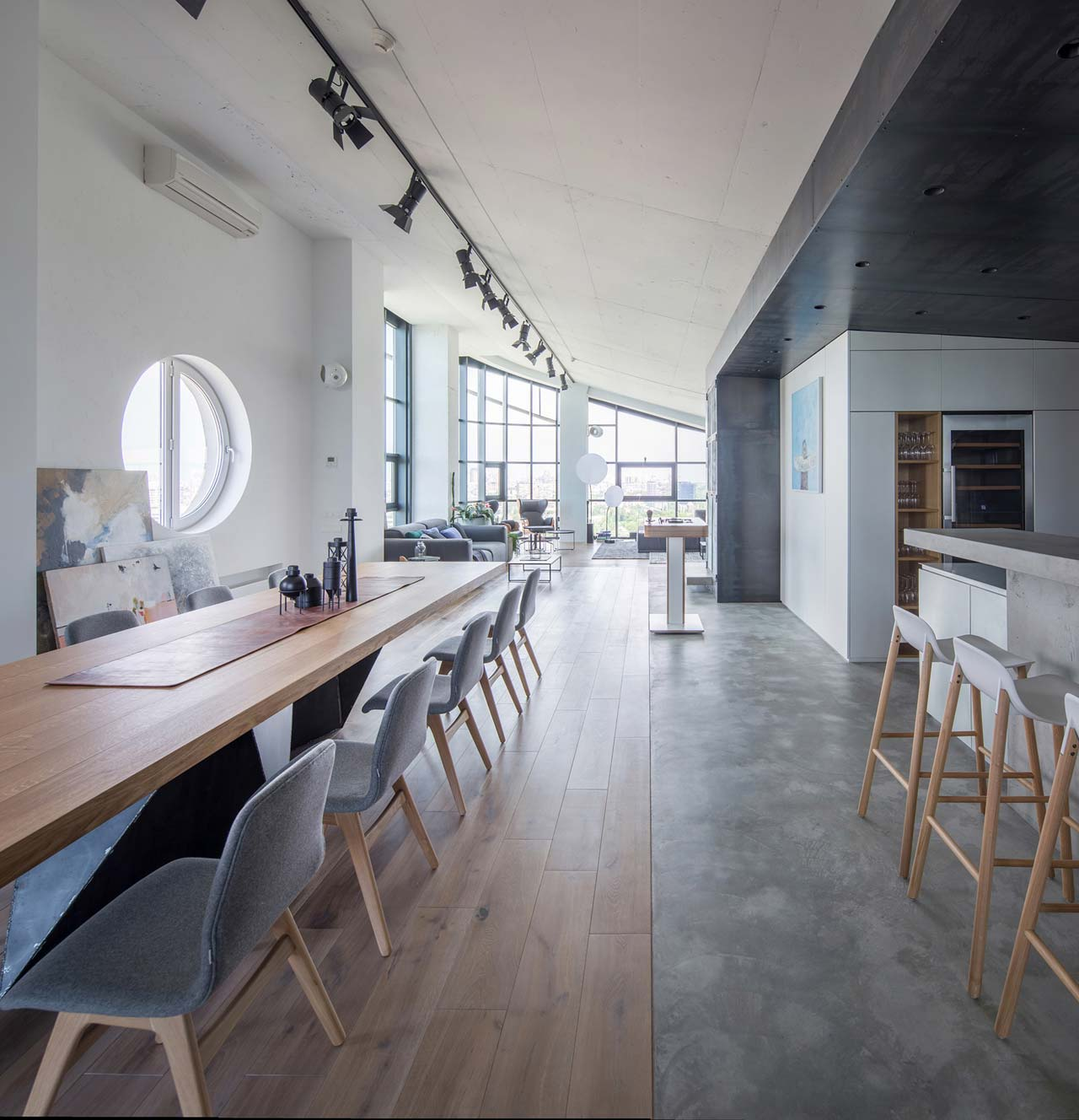 This gorgeous penthouse features 6 meter ceilings, floor to ceiling windows with stunning views and a mix of contemporary and industrial