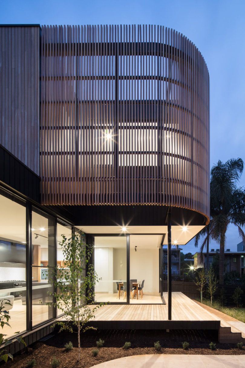 The upper part is clad with wooden planks in a curvy way to give it a more modern look and avoid excessive sunlight