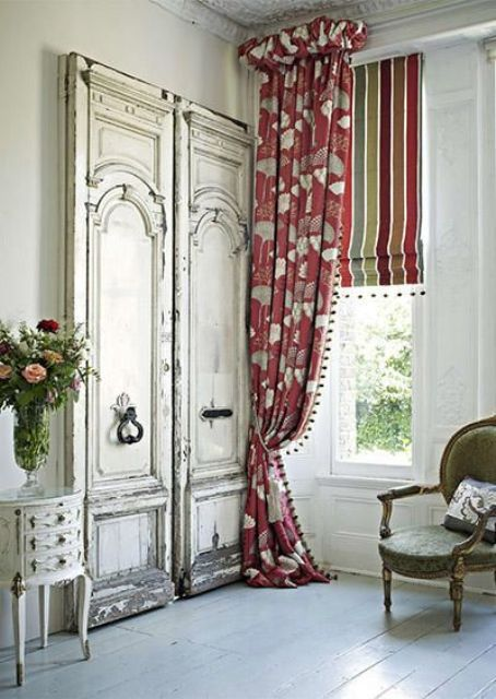 two different curtains add eye-catchiness and boldness to the neutral space