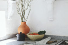 04 The mix of different styles is very harmonious, here you may see vintage shelves and an African calabaza