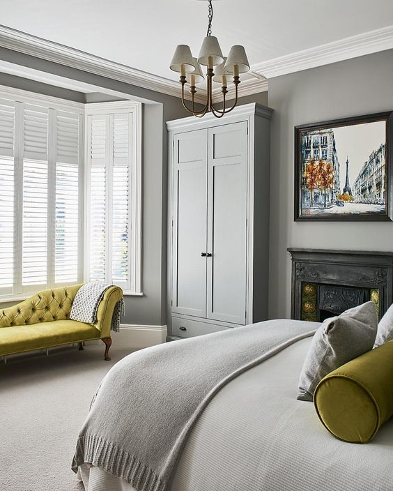 a grey bedroom brightened up with pistachio touches to highlight the refined style
