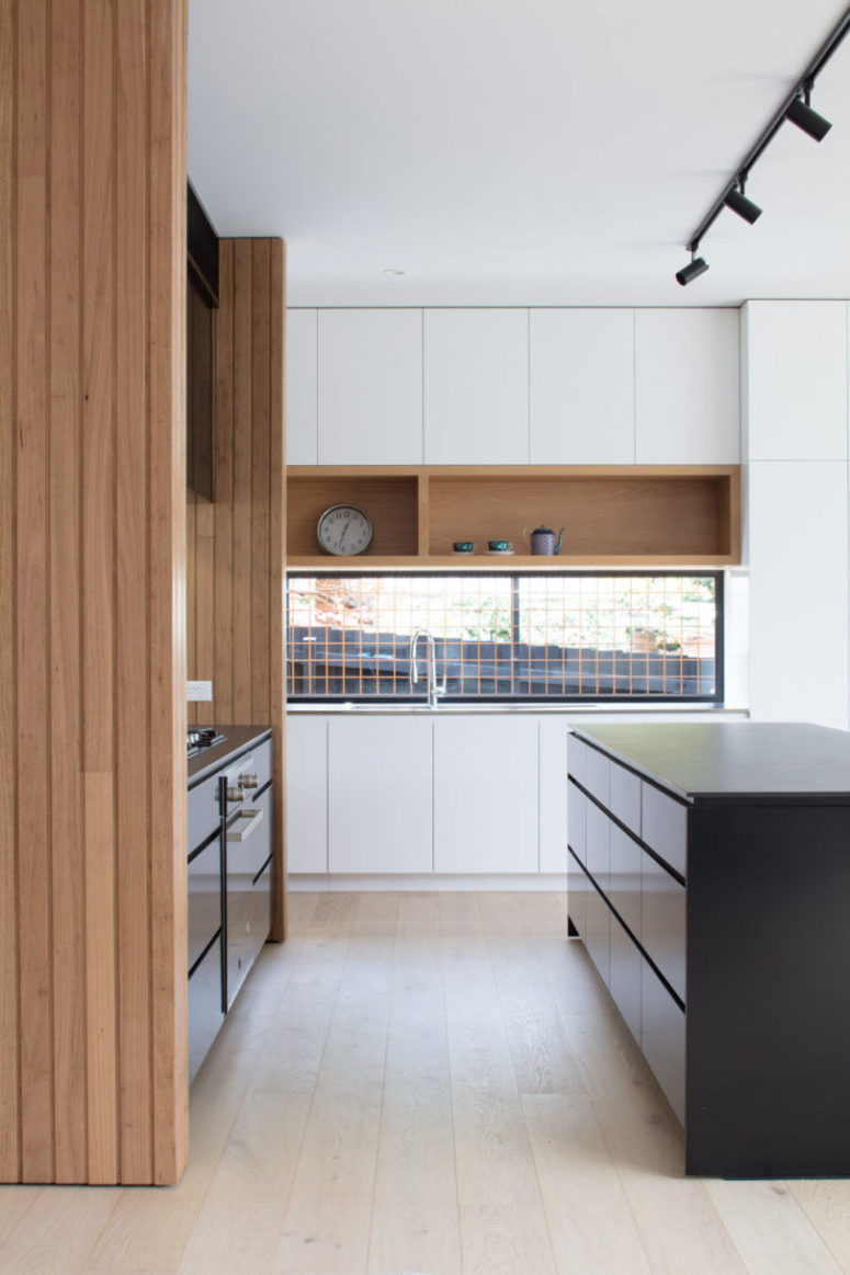 The second backsplash is of glass to connect the kitchen to outdoors