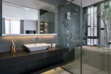 09 The bathrooms are open and airy, done in modern style with large mirrors