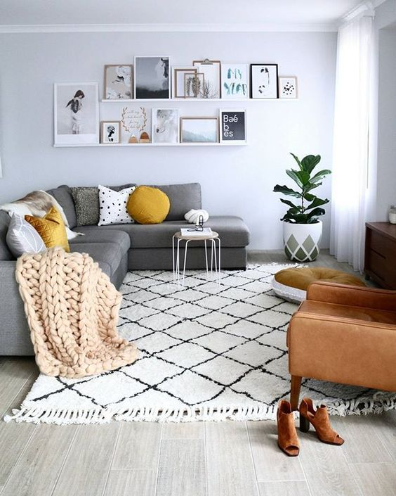 a simple printed rug with fringe adds coziness and comfort to the space