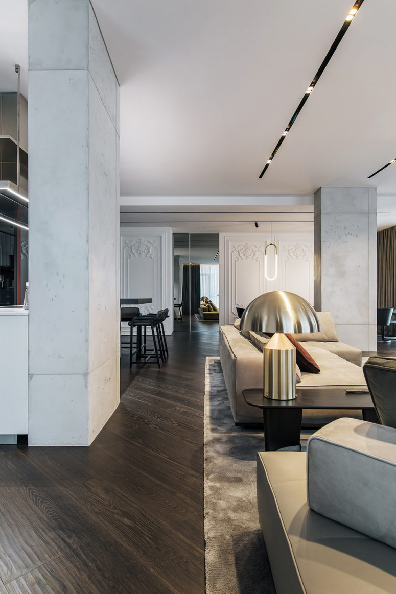 The dark floors can be seen throughout the apartment and connect the spaces