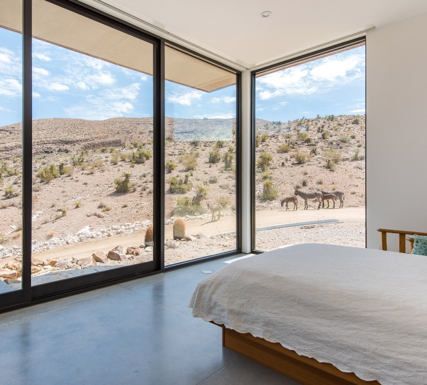 The master bedroom is almost fully glazed to enjoy the views of the desert