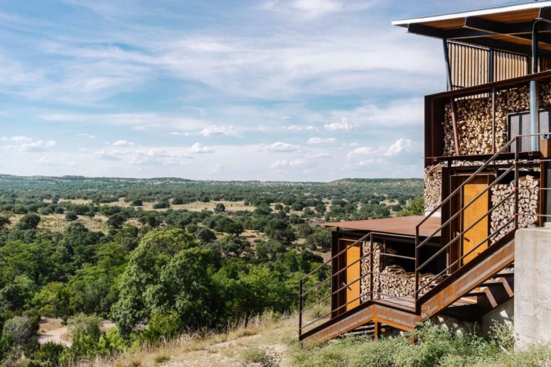 The ranch overlooks the valley and takes the advantage of the amazing views