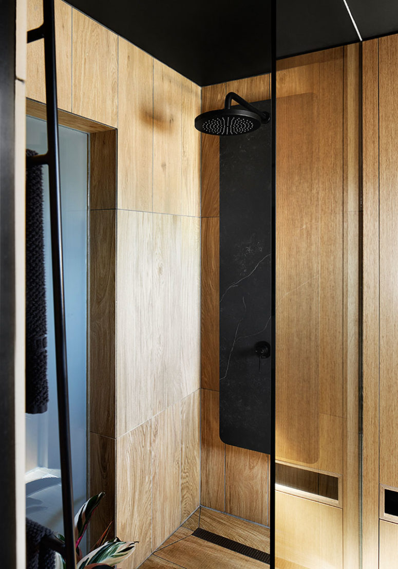 The combo of black marble and wood is continued here too
