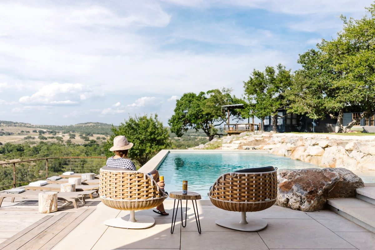 There's a deck and a pool with a comfy sitting zone and amazing views