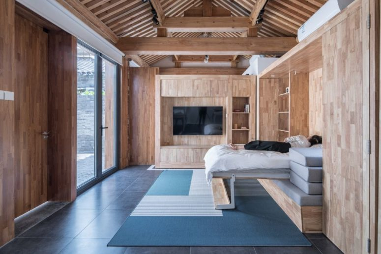 The bench in the living room can be transformed into an additional bed for guests