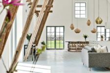 02 The high ceilings are highlighted with catchy pendant lamps and wooden beams