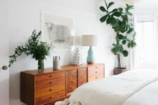 02 a light-filled and chic neutral bedroom done in mid-century modern style and refreshed with much greenery