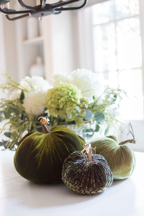 a simple centerpiece made of green velvet and sequin fabric is amazing for any kind of fall party or a Thanksiving one