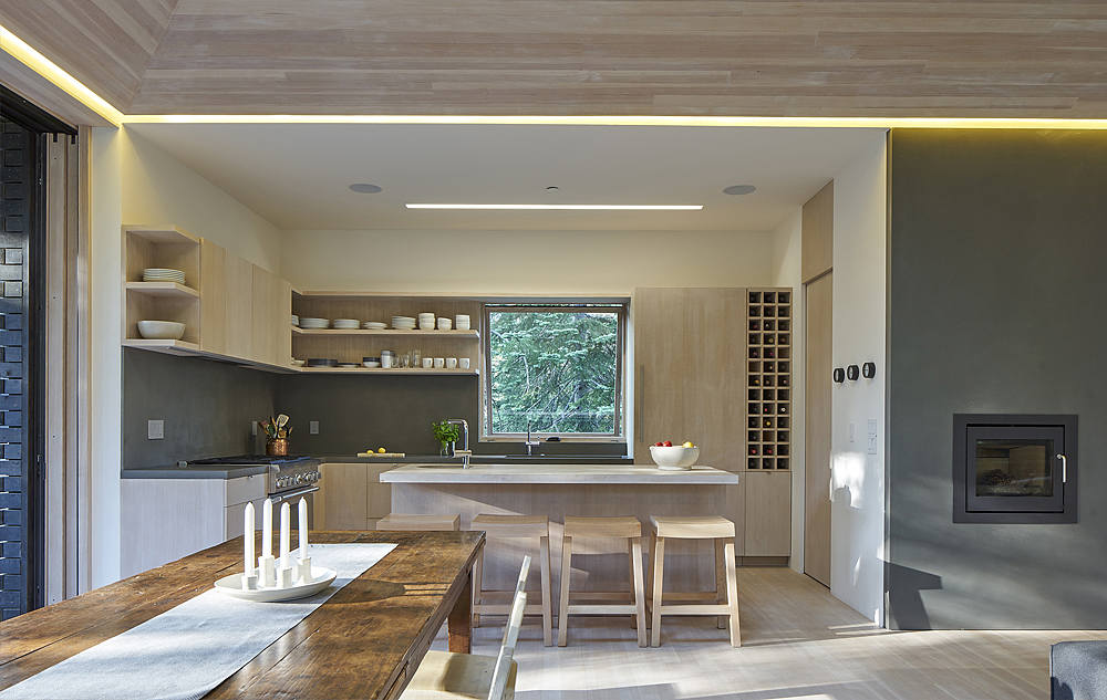 Wood, plywood and concrete were used for decorating the space to give it a minimalist and clean look, there are no patterns or brigth spots, everything is simple and harmonious