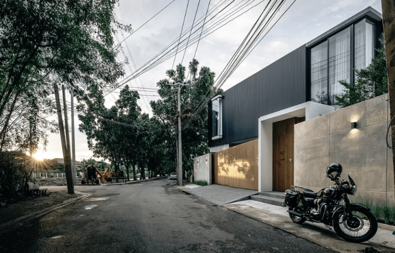 Black aluminum screens cover the whole house to keep privacy, especially from the street