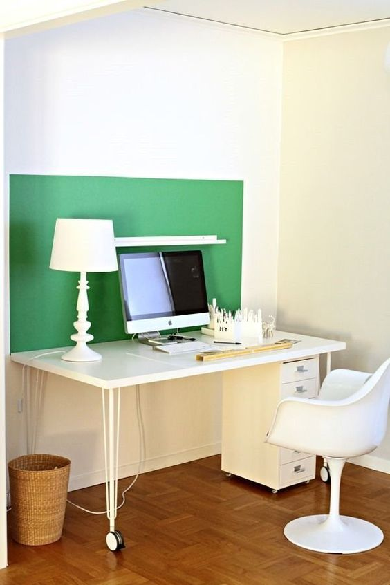 an emerald color block touch for a home office in a creamy space for a bright look