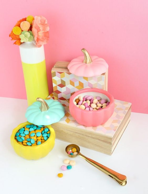 make some color block faux pumpkin candy dishes for your cool Halloween candy bar