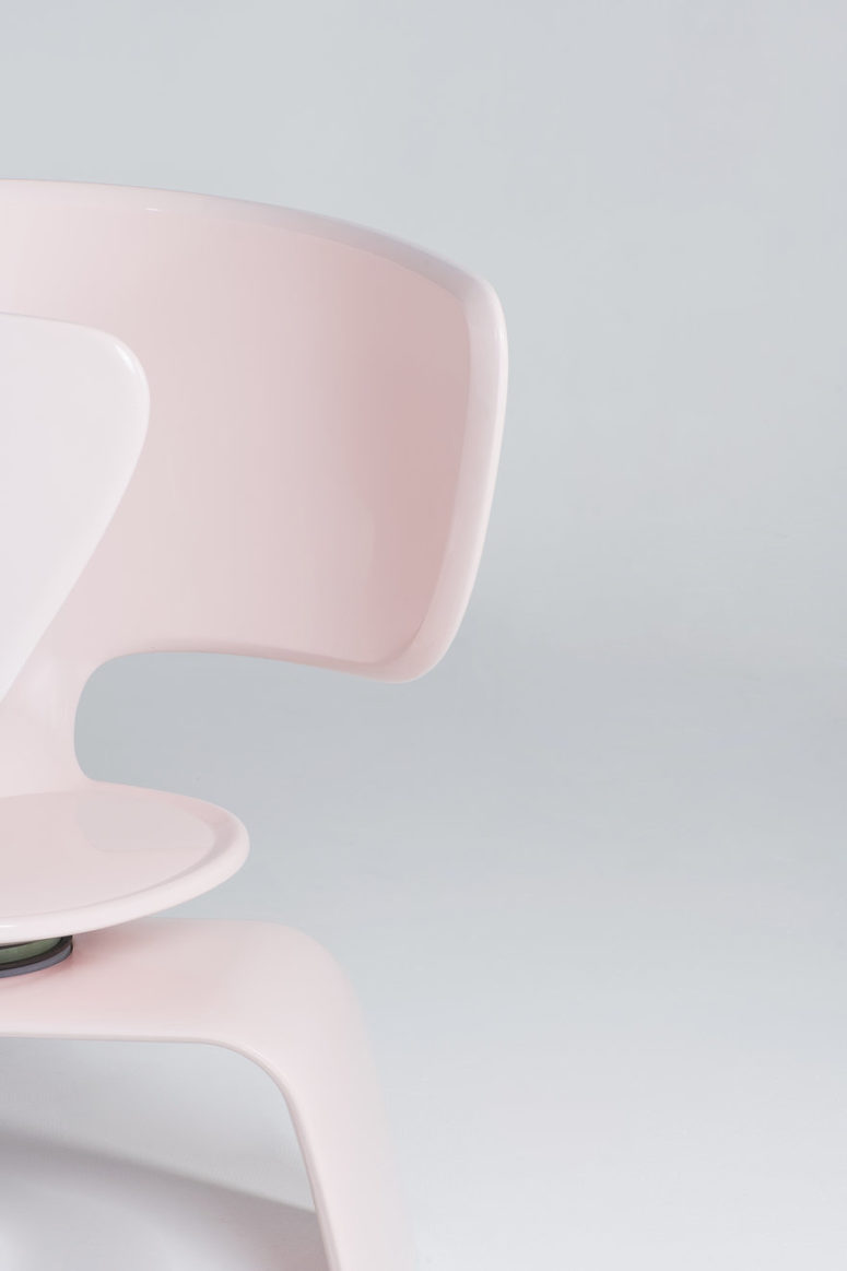 The chair integrated here is rotating to make it more comfortable to use