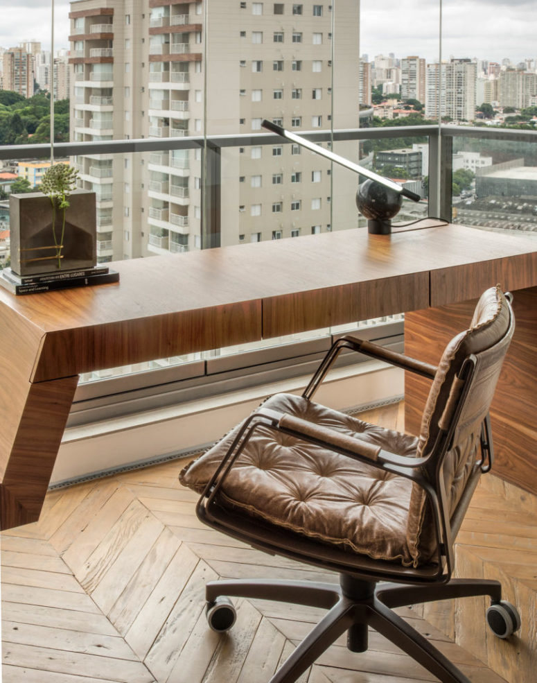 The desk allows enjoying the views too thanks to its location