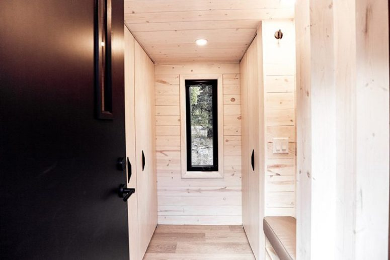 The dwelling features even a small mudroom clad with light-colored pine and with some storage items and a bench