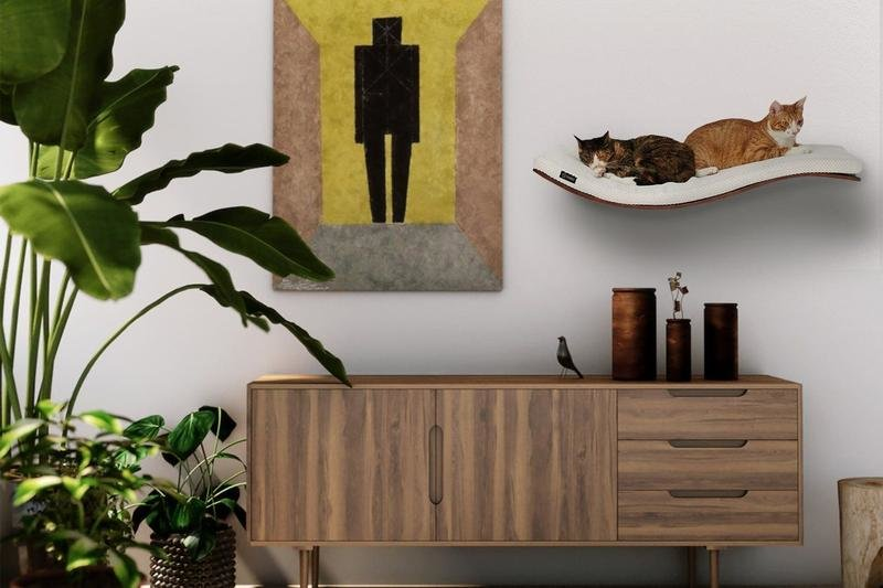 The cat shelf focuses your cat's jumping desires to a single and comfortable space, it's enough for two kitties