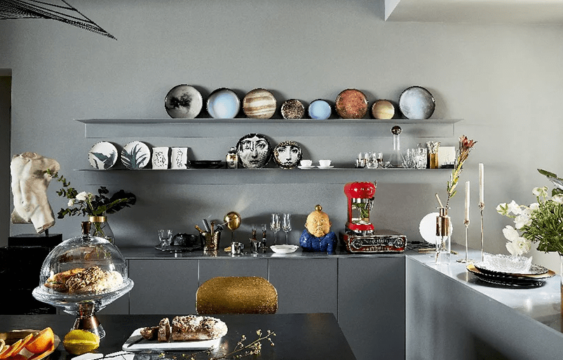 The kitchen is also an art filled space, an open shelving unit shows off gorgeous ceramics