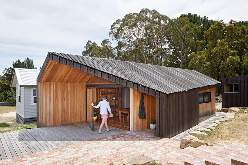 Limerick House imitates local rural sheds and is clad with black wood to give it a fresher and more modern feel