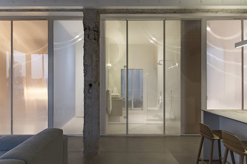 The semi transparent panels define private and public spaces dividing them but slightly