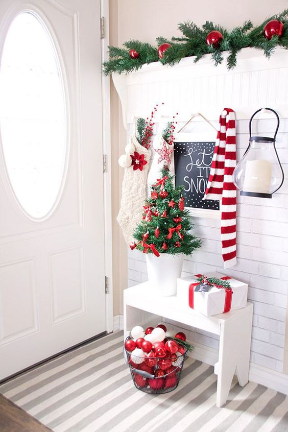 a cozy neutral entryway with touches of red and white integrated looks very harmonious and natural