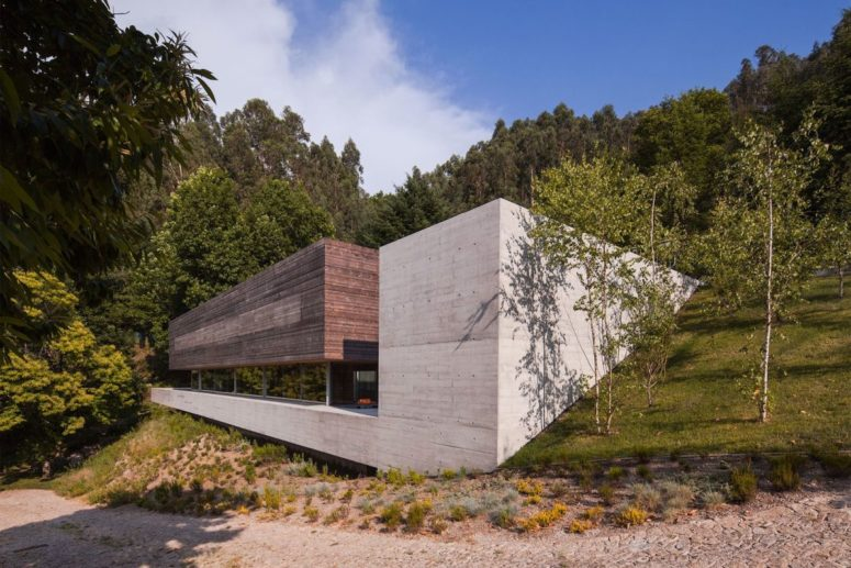The steep slope meant that the house had to be embedded and it looks very impressive