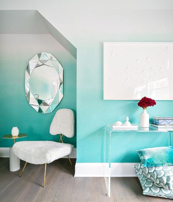 an ombre wall from white to turquoise with an alcove is a bold decoration idea to try