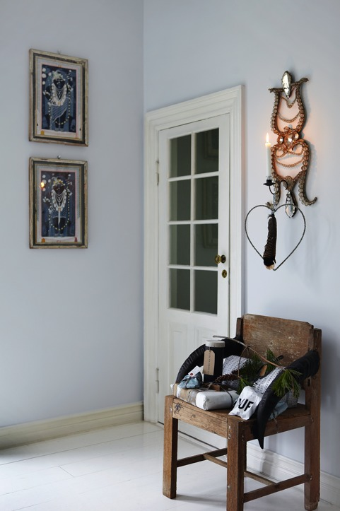 Stacks of gifts can be seen in various rooms, they create a dreamy mood and a Christmassy feel