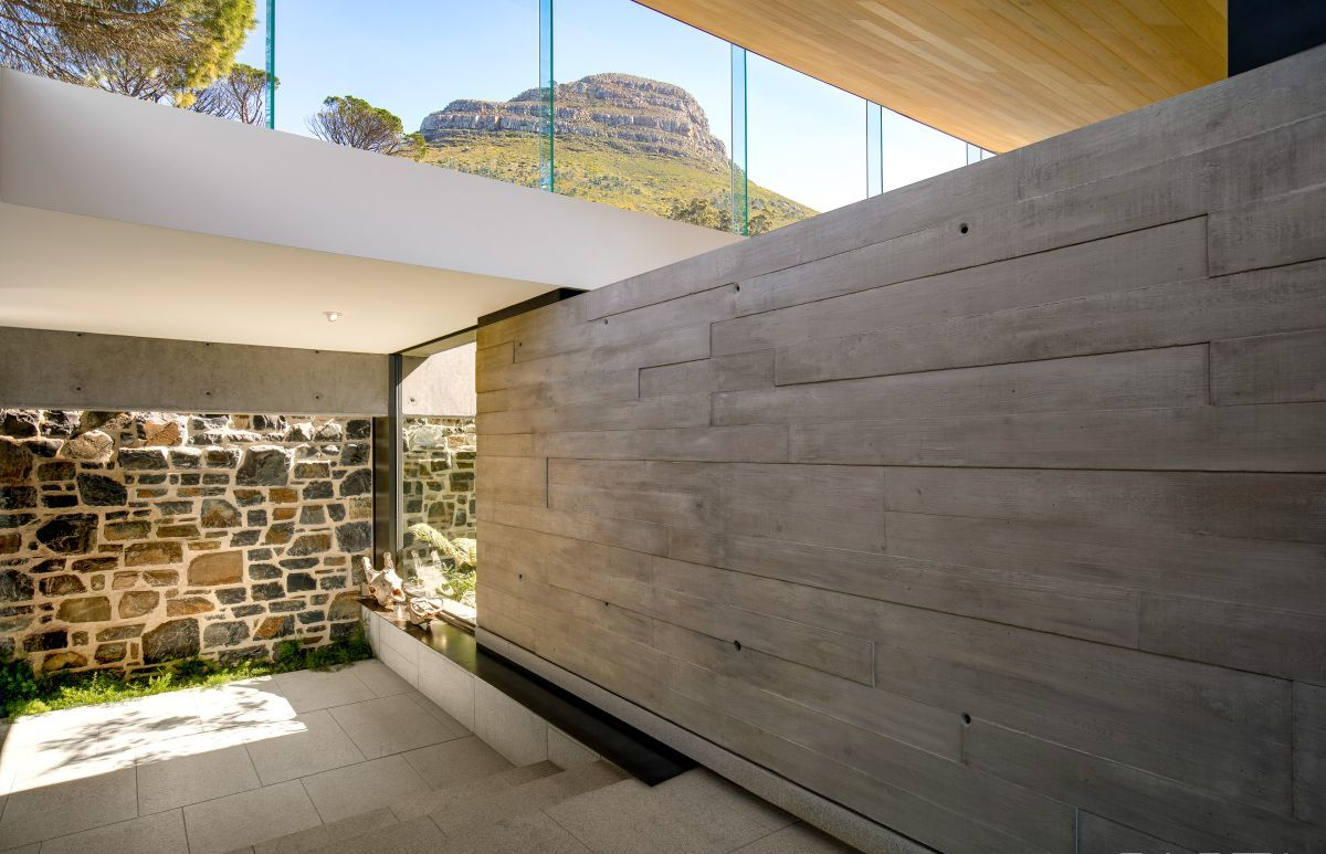 The clerestory windows which frame the upper floor allow natural light and views of the sky and the nearby mountains inside the house