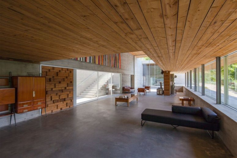The house is designed as a hybrid between a leisure and work environment, there's much functional furniture and cool views