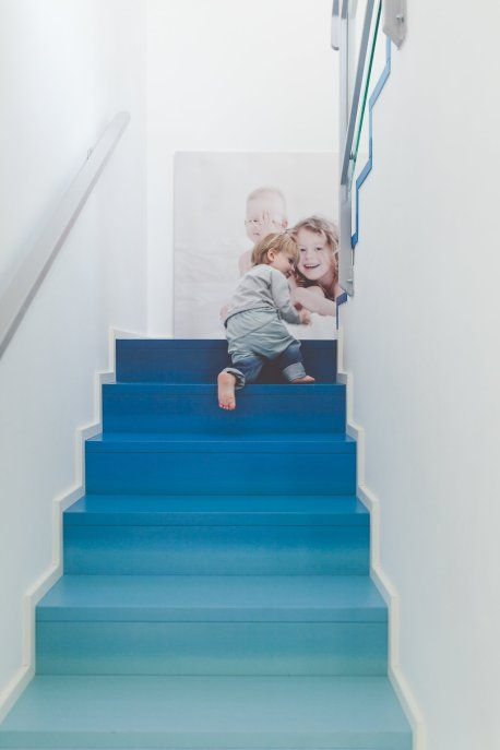 a bold ombre staircase from navy to light blue is a gorgeous and simple way to introduce some color