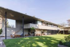 01 This contemporary house of concrete with extensive glazing lets enjoying the views and much light