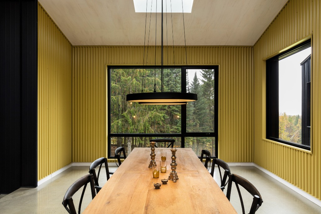 Here you may see sunny yellow corrugated meal that covers the walls and contrasting black surfaces