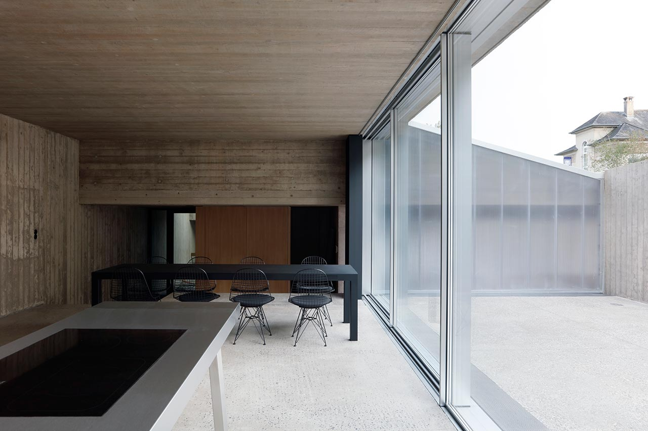 The space is opened to an inner courtyard, which hides the owners from the views with tall walls